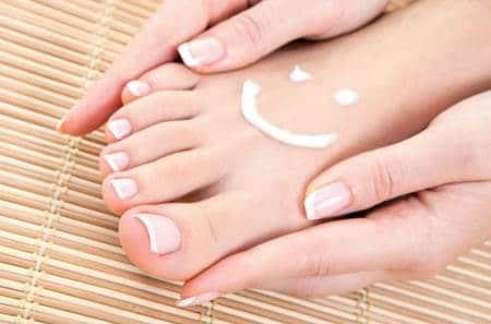 ما هو علاج اظافر القدم المتشققة